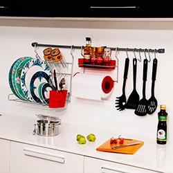 Kit de Cozinha: 2 Barras+6 Ganchos+ 1 Porta Condimentos e Rolo+1 Escorredor Dobrável +1 Kit Fixação Cromo e Vermelho - Metaltru